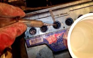 Как долить дистиллированную воду в аккумулятор: сколько жидкости должно быть, инструкция по проверке уровня электролита и заливке своими руками